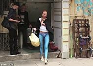 Hồng Kông : Người mẫu không mặc quần dạo phố