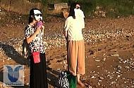 Phụ nữ Hồng Kông tắm nắng để… giảm cân